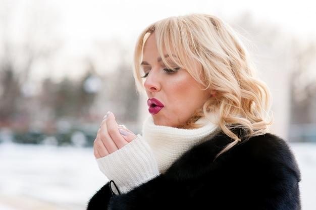 Красивая женщина, греет руки, зима, блондинка