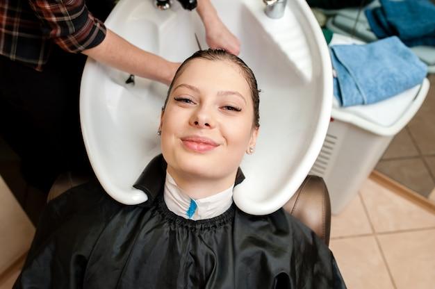 Красивая женщина, мытье волос.