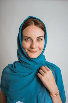 青いヒジャーブを着ている美しい女性