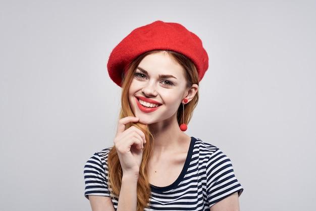 孤立した背景ポーズの赤い帽子メイクフランスヨーロッパファッションを身に着けている美しい女性
