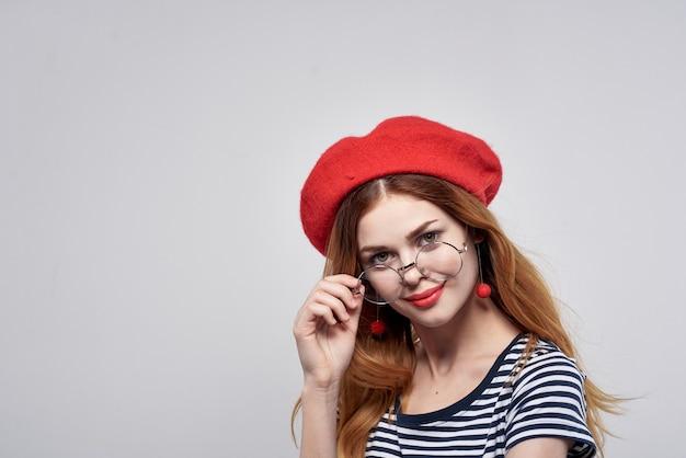 赤い帽子をかぶった美しい女性メイクフランスヨーロッパファッションポーズライフスタイル