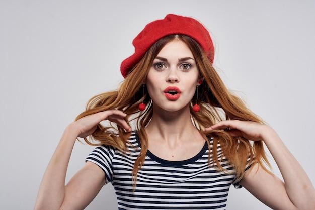 夏のポーズをとって赤い帽子メイクフランスヨーロッパファッションを身に着けている美しい女性