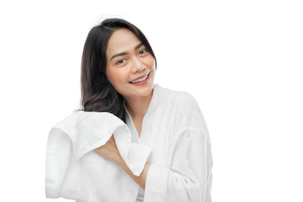 入浴後にタオルで彼女の美しい長い髪を乾かすタオルを身に着けている美しい女性