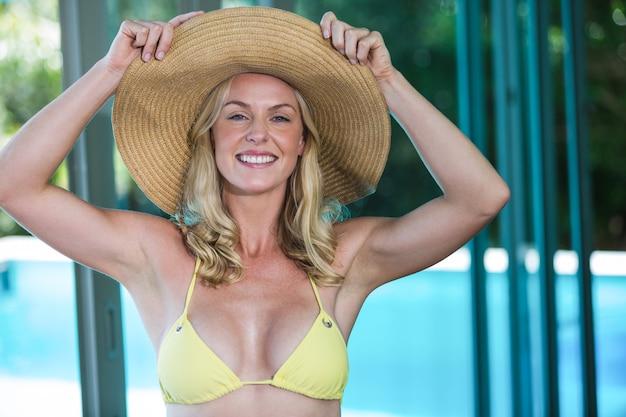Красивая женщина в бикини и шляпе