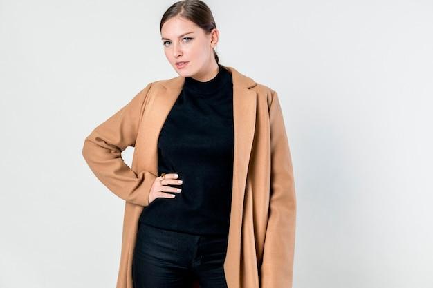 갈색 코트를 입고 아름 다운 여자