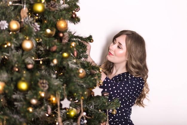 Красивая женщина в платье на рождество