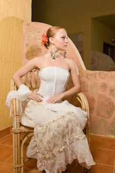 Bella donna che indossa abito di flamenco