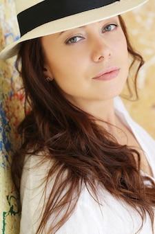 Cappello da portare della bella donna