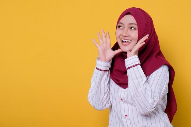 Hijab를 입고 아름 다운 여자 몇 가지 발표 제스처를 제공