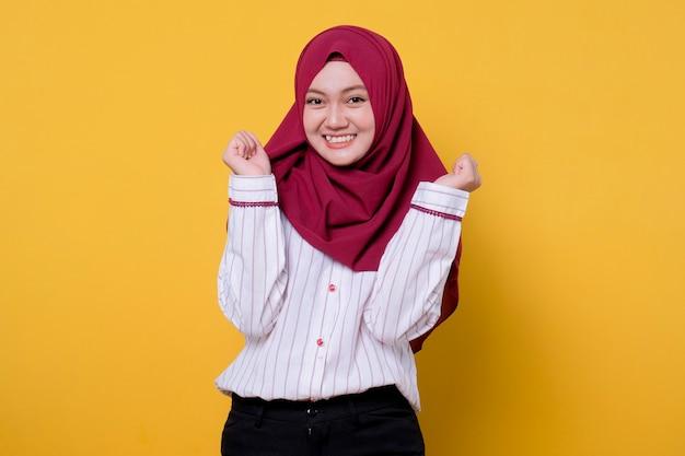 Красивая женщина в хиджабе красиво, мило и весело, выражение духа руки rsed