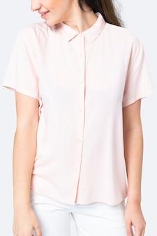 ピンクのシャツアパレルスタジオ撮影を着ている美しい女性
