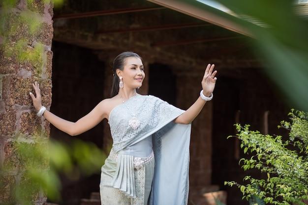 Bella donna che indossa un tipico abito thailandese