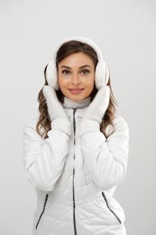 Bella donna che indossa abiti invernali