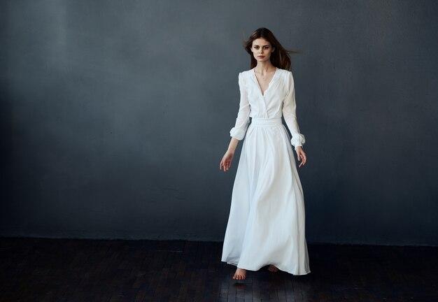 Танец белого платья красивой женщины исполнил модель.