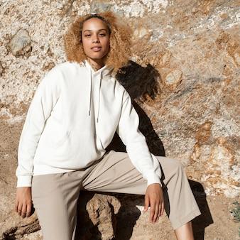 Bella donna in felpa con cappuccio bianca moda invernale