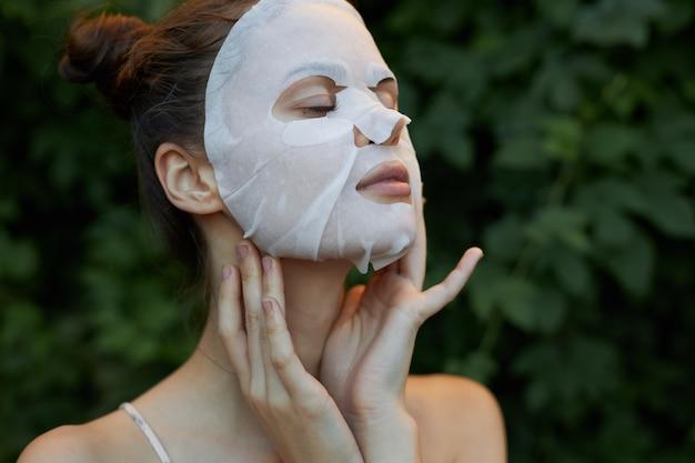 Красивая женщина белая маска