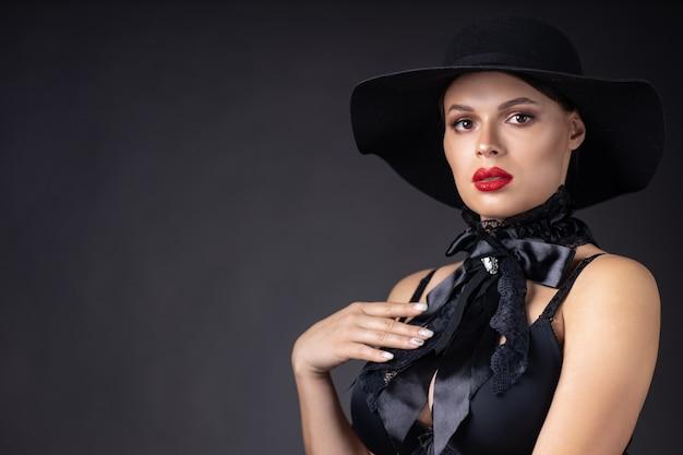 Красивая женщина в черной шляпе