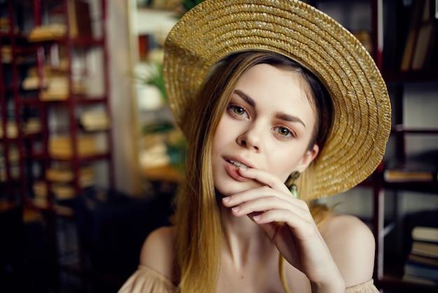 カフェファッションの手に本を持つ美しい女性