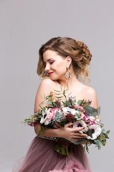 Красивая женщина с букетом цветов. красота и мода.