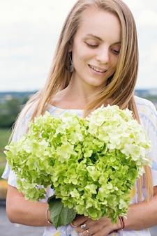 あじさいの花束を持つ美しい女性