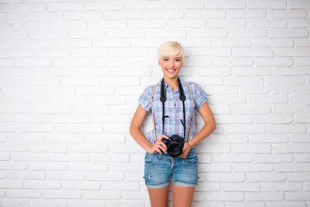 カメラを持つ美しい女性