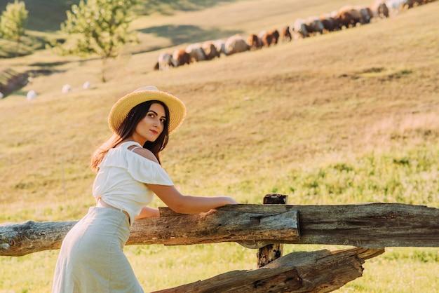 農場で帽子の美しい女性