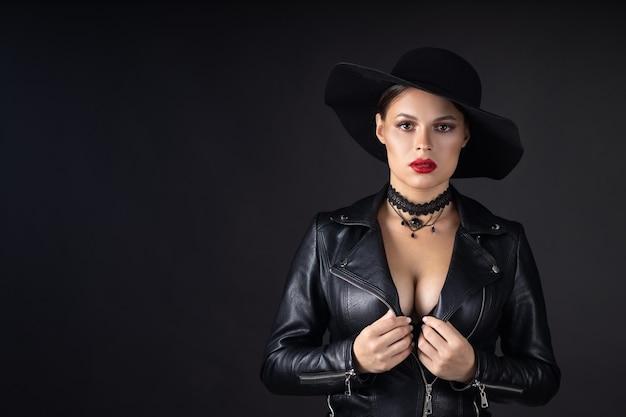 Красивая женщина с кожаной курткой