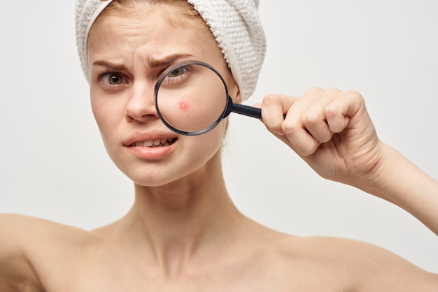手指衛生治療で虫眼鏡を持つ美しい女性。高品質の写真