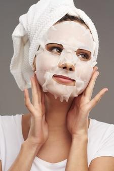 黒いドットの笑顔に対してマスクを持つ美しい女性