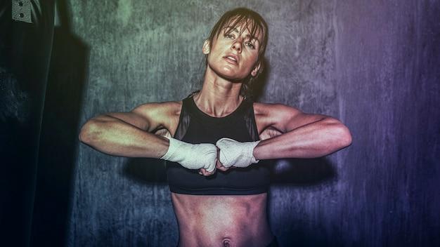 強い体の壁紙を持つ美しい女性