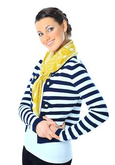 黄色のスカーフ、腰に手を持っている美しい女性。白い背景で隔離。