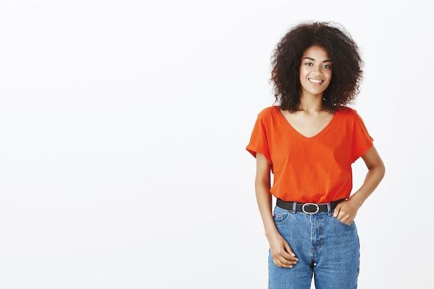 Bella donna con acconciatura afro in posa in studio