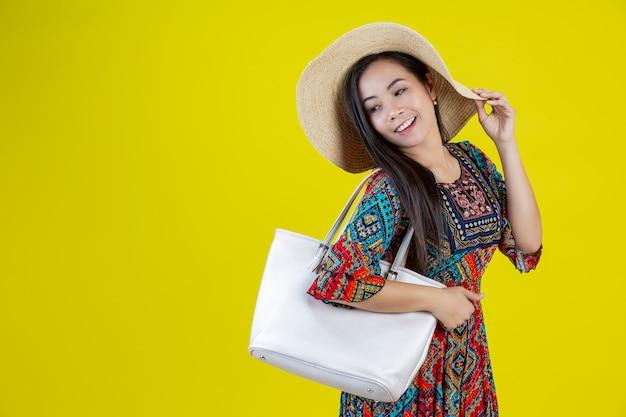 Bella donna con una borsa in giallo