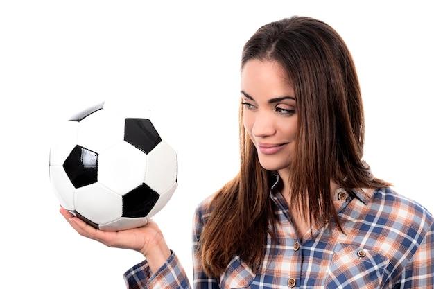 白い背景の上のボールを持つ美しい女性