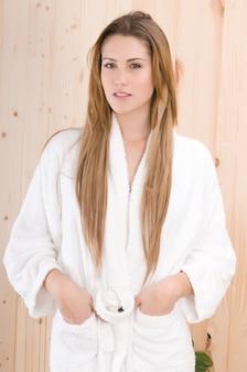 スパでバスドローブを持つ美しい女性