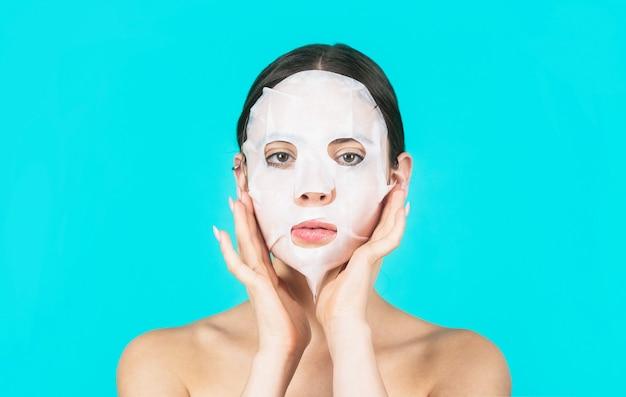 뷰티 마스크와 함께 아름 다운 여자입니다. 피부 관리 및 미용 개념입니다. 보습 마스크