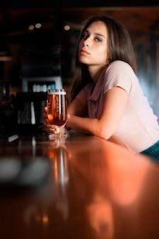 Красивая женщина с пивом в руке
