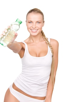 흰 벽에 물 한 병을 가진 아름 다운 여자