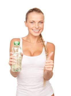 흰색 위에 물 한 병을 가진 아름 다운 여자
