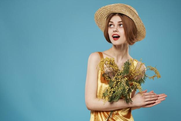 ミモザの花束を持つ美しい女性