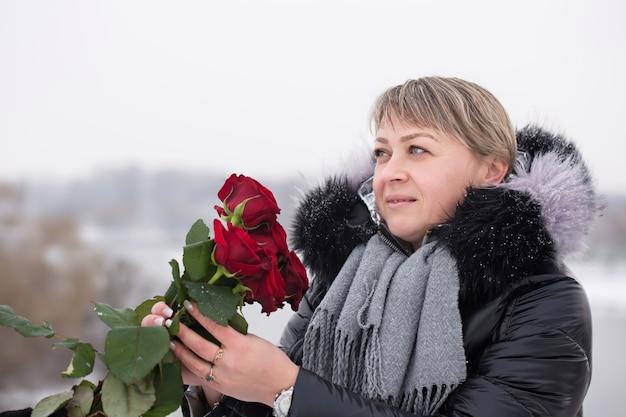 발렌타인 데이에 빨간 장미 꽃다발을 가진 아름 다운 여자