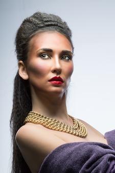 Красивая женщина с ярким макияжем