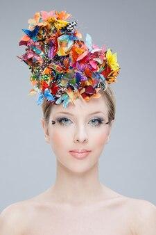 Красивая женщина с бабочками в волосах
