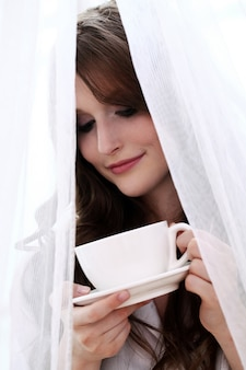 뜨거운 커피 한잔과 함께 아름 다운 여자