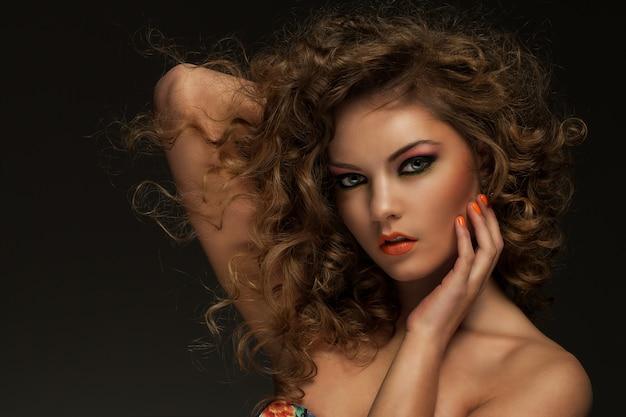 곱슬 머리와 화장으로 아름 다운 여자
