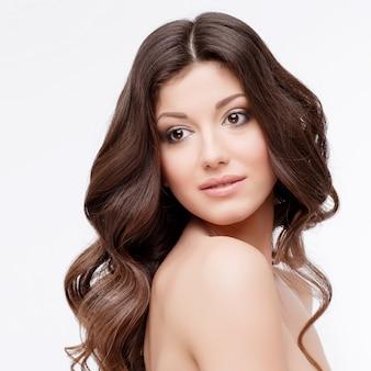Красивая женщина с вьющимися каштановыми волосами