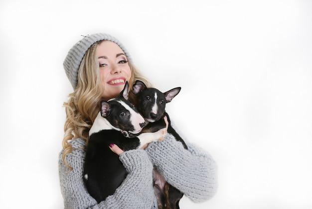 Красивая женщина с милыми щенками на белом фоне