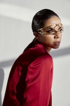 側面図を見て彼女の顔に装飾的なメガネを持つ美しい女性
