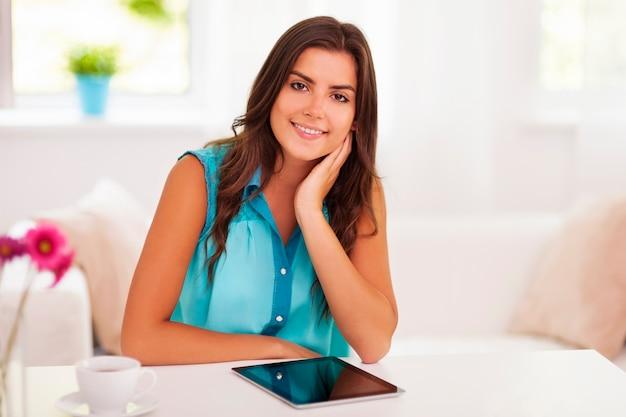 デジタルタブレットを持つ美しい女性