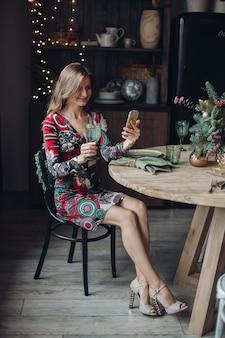 음료 영상 통화와 함께 아름 다운 여자입니다. 스마트폰에 친구와 함께 새 해입니다.
